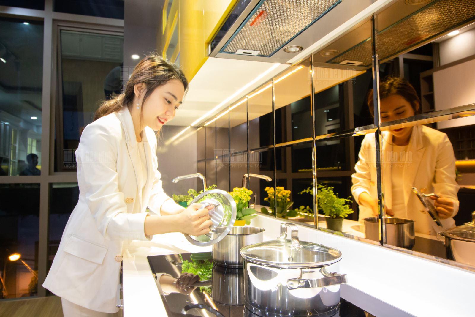 Mời khách hàng tham quan showroom Nhà Bếp Xinh - Nội Thất Baby
