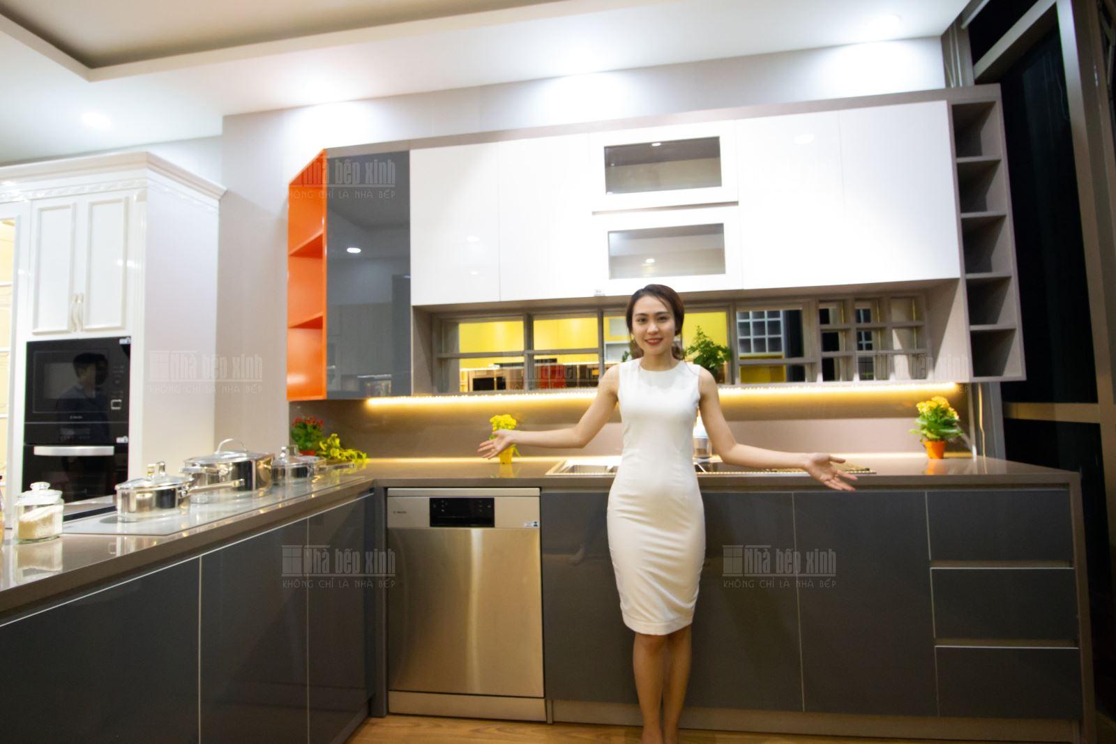 Mời khách hàng tham quan showroom tủ bếp của Nhà Bếp Xinh