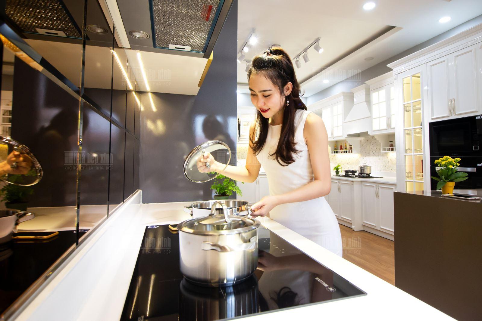 Mời khách hàng tham quan showroom Nhà Bếp Xinh